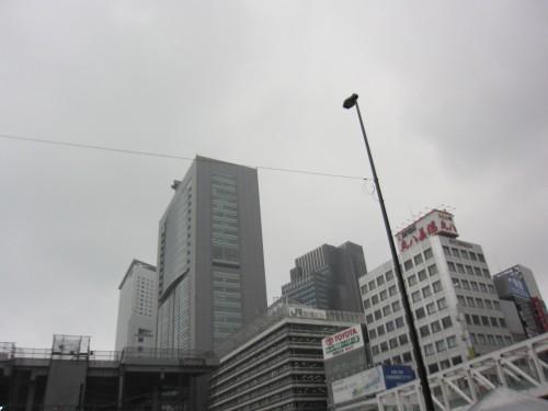 JR東日本本社ビルと新宿ビル
